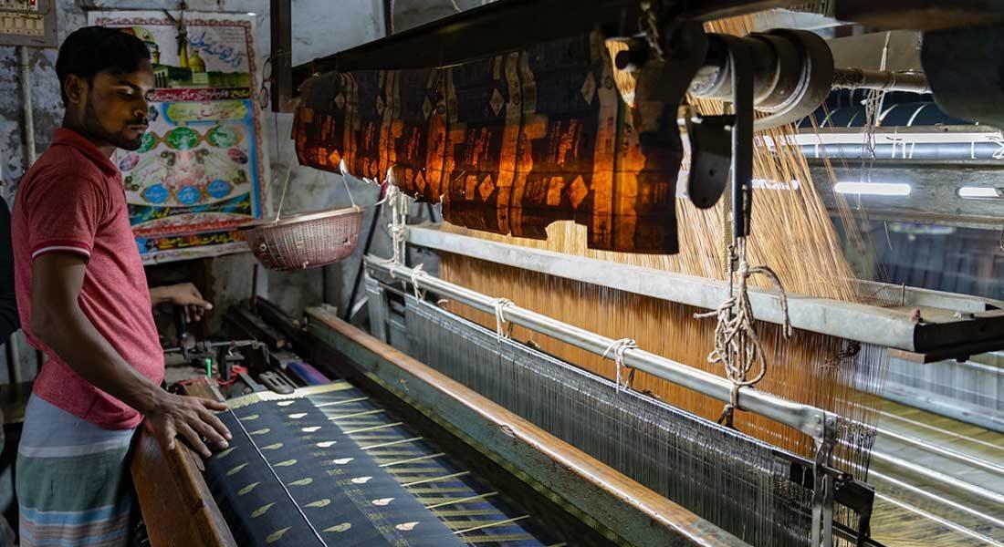 Handmade silk, Varanasi, India . Photo credit: Ninara   Flickr. Link: https://www.flickr.com/photos/37583176@N00/33489783018